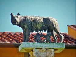 Romulus and Remus sculpture in Pisa 1