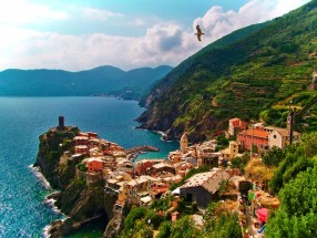 Vernazza from hiking trail Cinque Terre Italy 4e