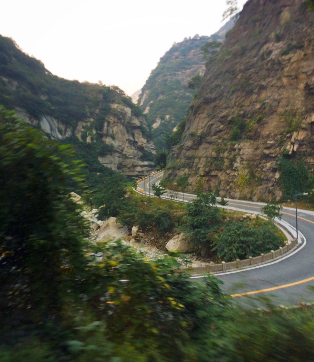 winding-road-up-to-death-plank-hike-at-huashan-national-park-1