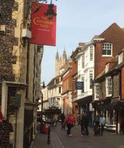 straat in Canterbury met toren van de kathedraal