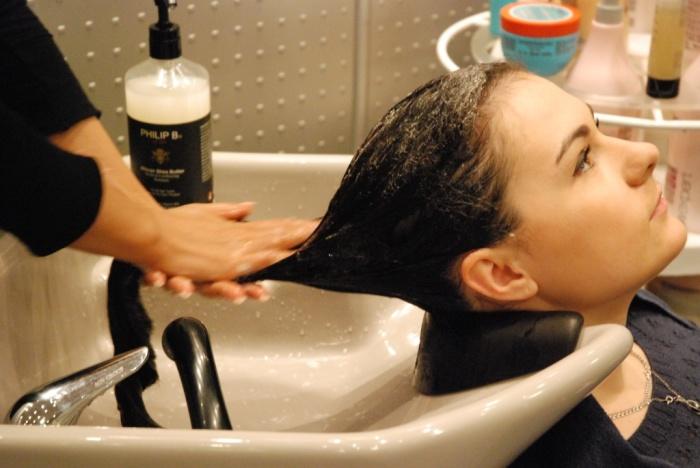 Глубоко очищающий шампунь можно найти в марках разной ценовой категории. /Фото: doktorvolos.ru