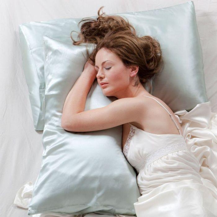 Спать на шелковой наволочке полезно для волос. /Фото: www.shared.com