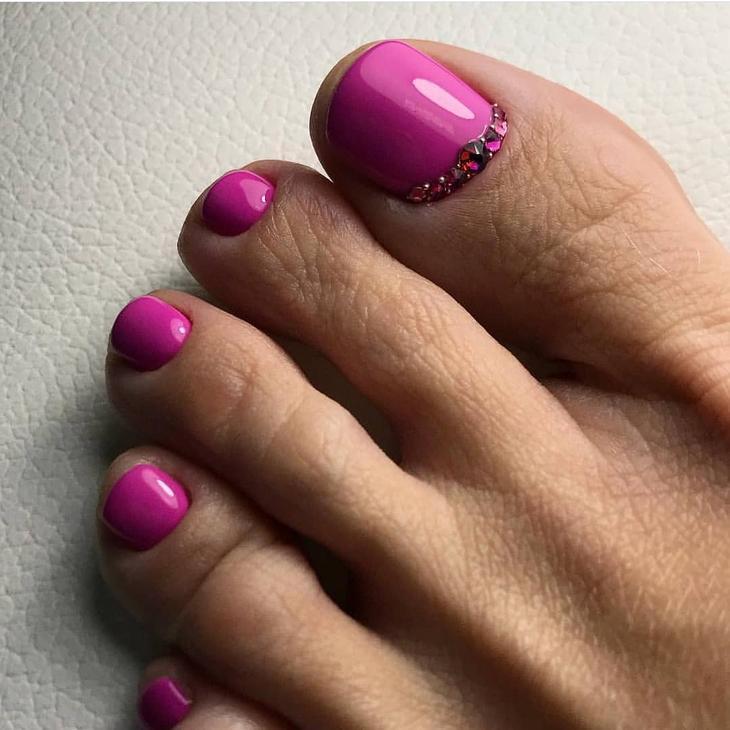 Вот и настала пора, когда женщины массово начинают оголять свои ножки. Но далеко не все здесь могут похвастаться красивым педикюром.