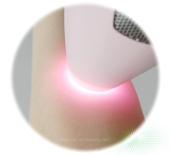 トリア・パーソナルレーザー脱毛器4Xを肌に照射レンズを当てた様子