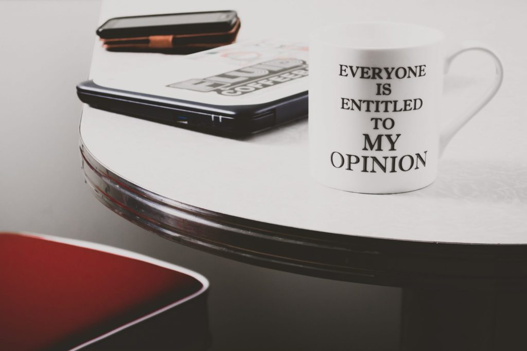 "Tasse sur laquelle il y a marqué : ""Everyone is entitled to my opinion"""