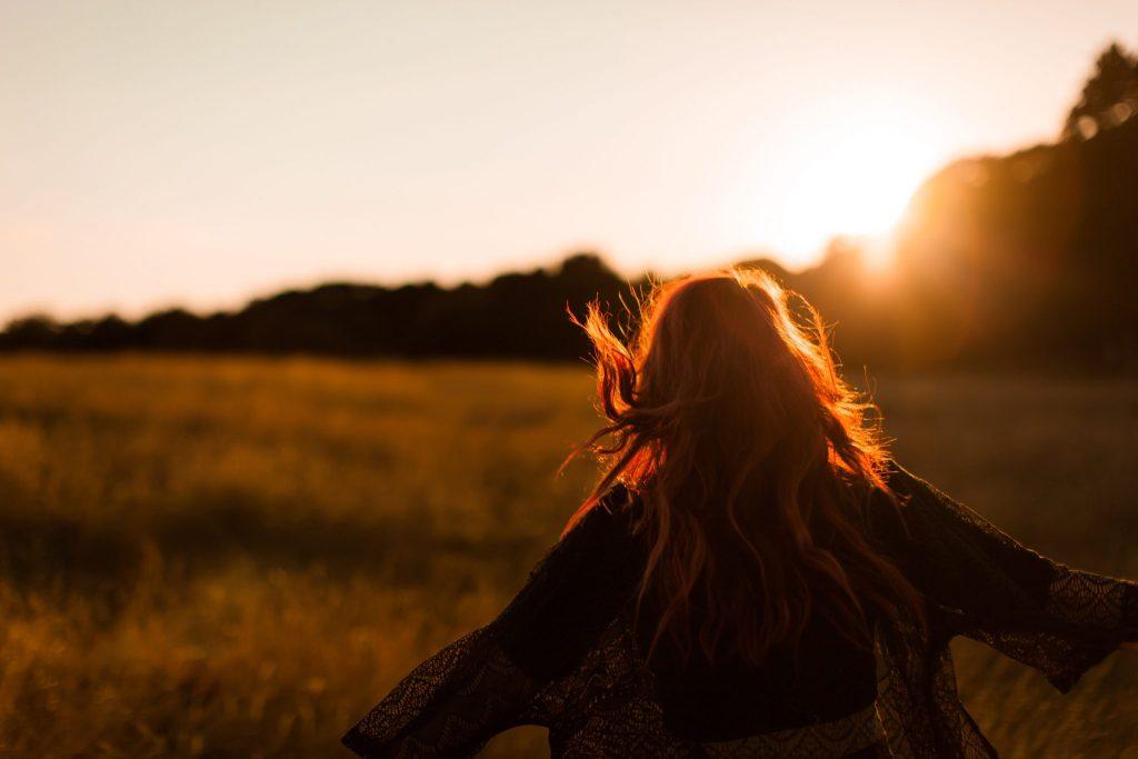 Femme heureuse couché de soleil