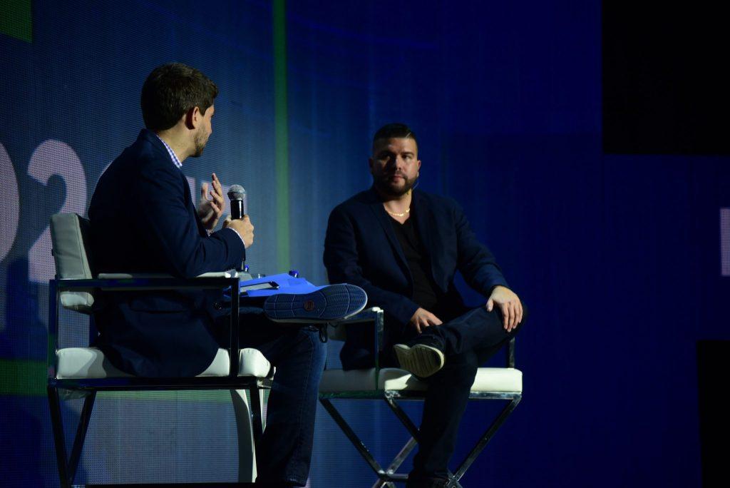 hommes parlant à une conférence