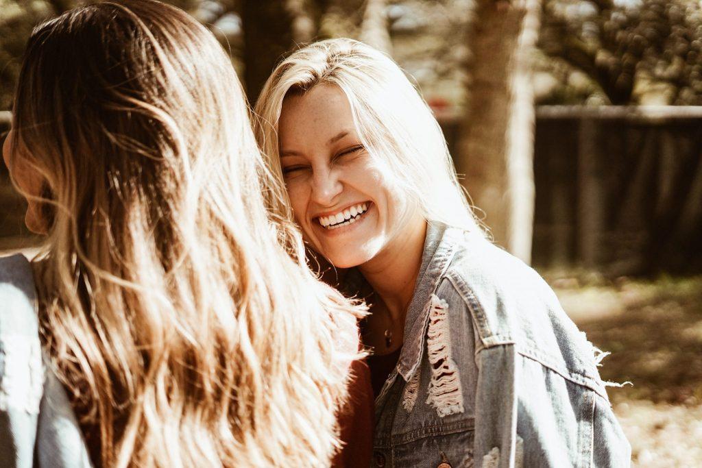 femme charismatique souriant à sa copine