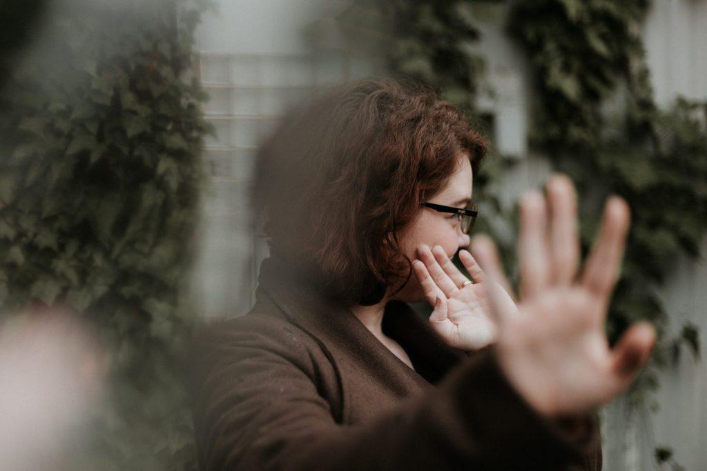 femme disant non avec la main