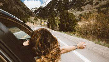 femme sortant la tête de la voiture