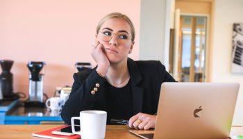 femme en train de procrastiner devant son ordinateur au travail