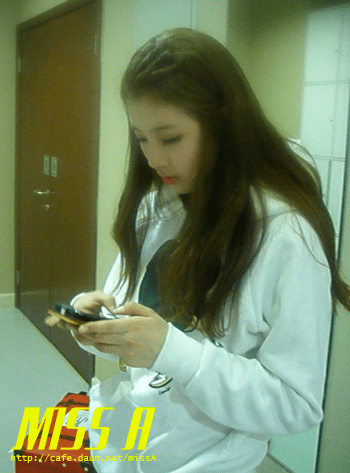 110117 [Official] miss A  애니콜 쇼케이스: 대기실에서 민과 수지양 뭐할까요? Anycall Showcase: What do Min and Suzy do in the waiting room?
