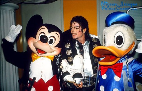 """Michael Jackson era um miúdo no coração, e interrompido pelo Clube do Mickey quando filmado nos estúdios da Flórida Disney-MGM no Mouseketeers 1990.Former Damon Pampolina, Albert Campos e Chasen Hampton lembrar com carinho o Rei do Pop visita é. """"Ele era maior do que a vida. Ele acreditava na magia Disney. Ele amava o nosso show, e disse que ele usou para vê-lo todos os dias se pudesse. Só isso já me fez rebentar pelas costuras com excitement.He estava nos dizendo que ele era nosso fã. Que poder no palco, e como um homem bonito fora do palco. Ele nunca teve medo de dizer o que a maioria de nós nunca won'tI pensou que ele era um pedófilo ou molester ou qualquer um dos que craziness.I pensava que as pessoas estavam tentando tirar vantagem de him.What ninguém pode tirar de Michael é o """" It """"factor. Ele estava literalmente beijado por Deus para ter esse talento. """"Não há absolutamente nenhum outro artista na Terra que possa tocar seu magnetismo, energia e DanceAbility. Mas o seu carisma ao vivo, se você ainda não viu, eu não sei se venha a existir novamente. Eu não vejo isso em nossa vida humana. Eu não acho que isso nunca vai ser tocado novamente. Nunca haverá outro Elvis. Nunca haverá outro Michael """"-. Damon Pampolina, o ex-Mickey Mouse Club Mouseketeer"""