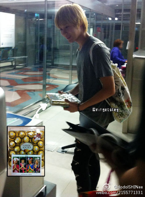 Taemin reciving chocolate <3 credit as tagged