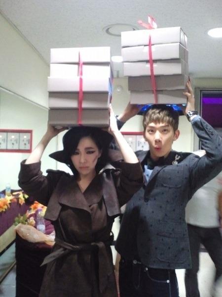 [Trans] [111011] Kyungsun's Twitter Update (BEG Manager)  잉기가요 무겁데 권아 니가 다들어줘 ㅋㅋㅋㅋ 배달온 권님. 가인님 잘머거씁니다!!!!!! 살찌는중 ㅋ 2011.10.9 인가  At Inkigayo, Kwon-ah it's heavy, you carry it all  kekekeke Kwon-nim who came for delivery. Ga In-nim ate well!!!!!!  Getting fatter ke  Credits: @summerblues_