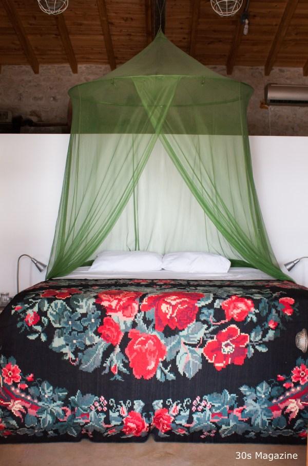 rozenkelim op bed