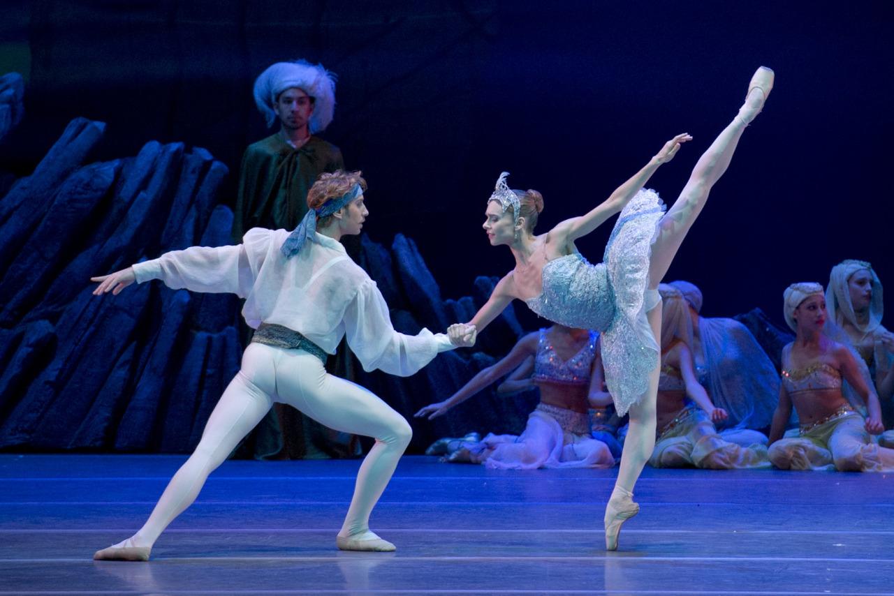 PERFECCION Y SENTIMIENTO. Escena del ballet El Corsario que cuenta con los protagónicos de Nadia Muzyca y Federico Fernández, en el Teatro Colón de la Ciudad de Buenos Aires. (Máximo Parpagnoli/ Prensa Teatro Colón)
