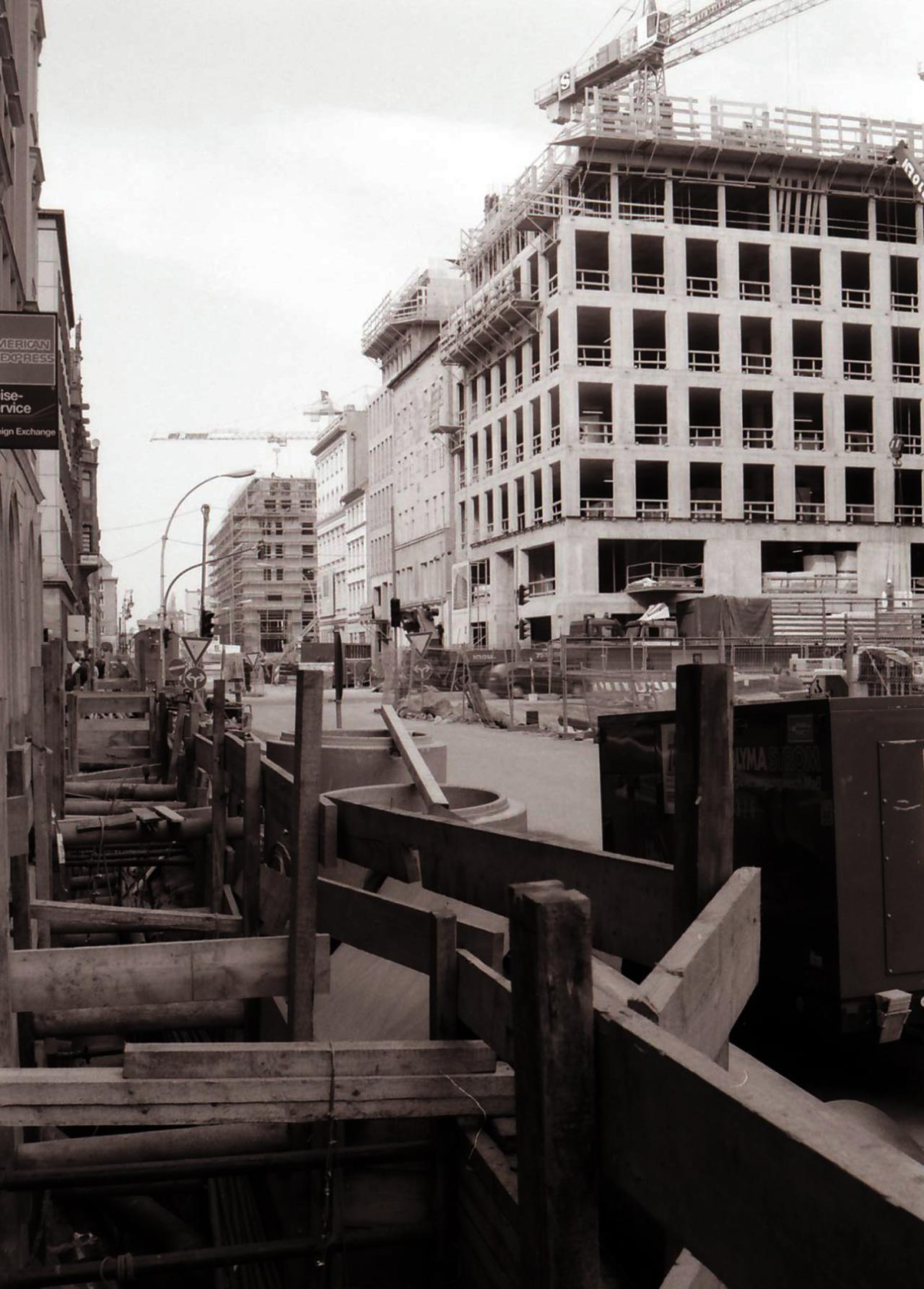 Friedrichstraße Ecke Französische Straße, 1995Rechts vorn der Rohbau für ein Gebäude des Architekten Hans Kollhoff. Ganz hinten rechts der Rohbau für den klobigen Lindencorso (Christoph Mäckler) Ecke Unter den Linden. Vorne rechts - nicht im Bild - befinden sich heute die Galeries Lafayette.