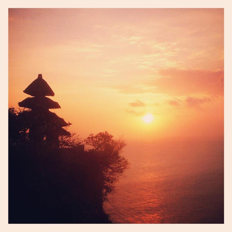 Temple d'Uluwatu baigné de soleil, Bali, Indonésie.