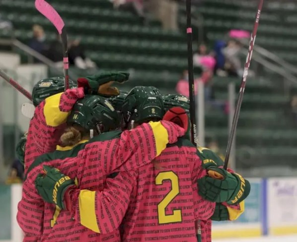 women's-ice-hockey-continues-offensive-tear