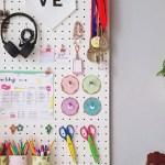 Pegboard DIY czyli dziurkowana tablica nad biurkiem