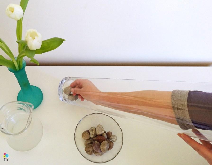 Tulipany w wysokim wazonie - nowoczesna kompozycja kwiatowa