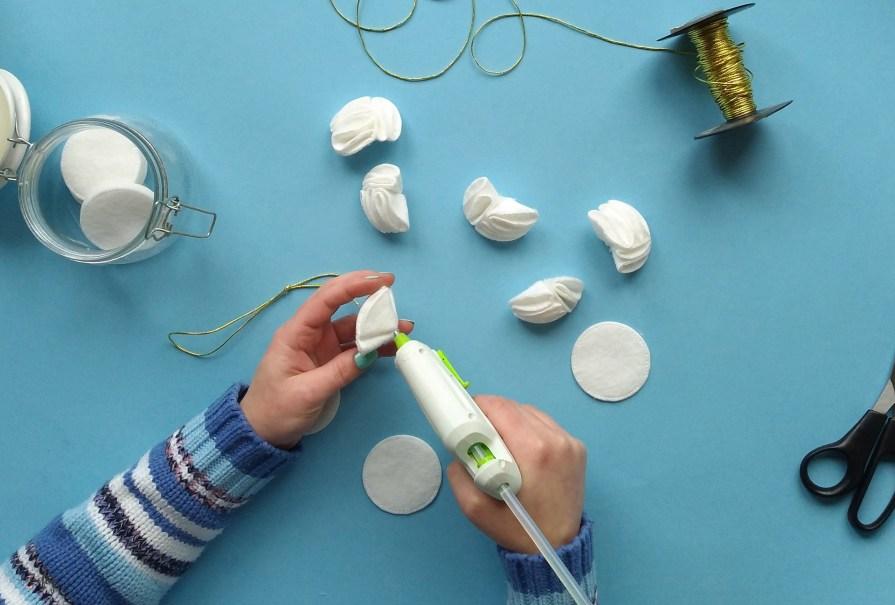 Bombka DIY z płatków kosmetycznych