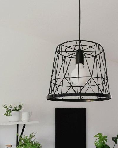 Lampa druciana zrobiona z metalowego kosza