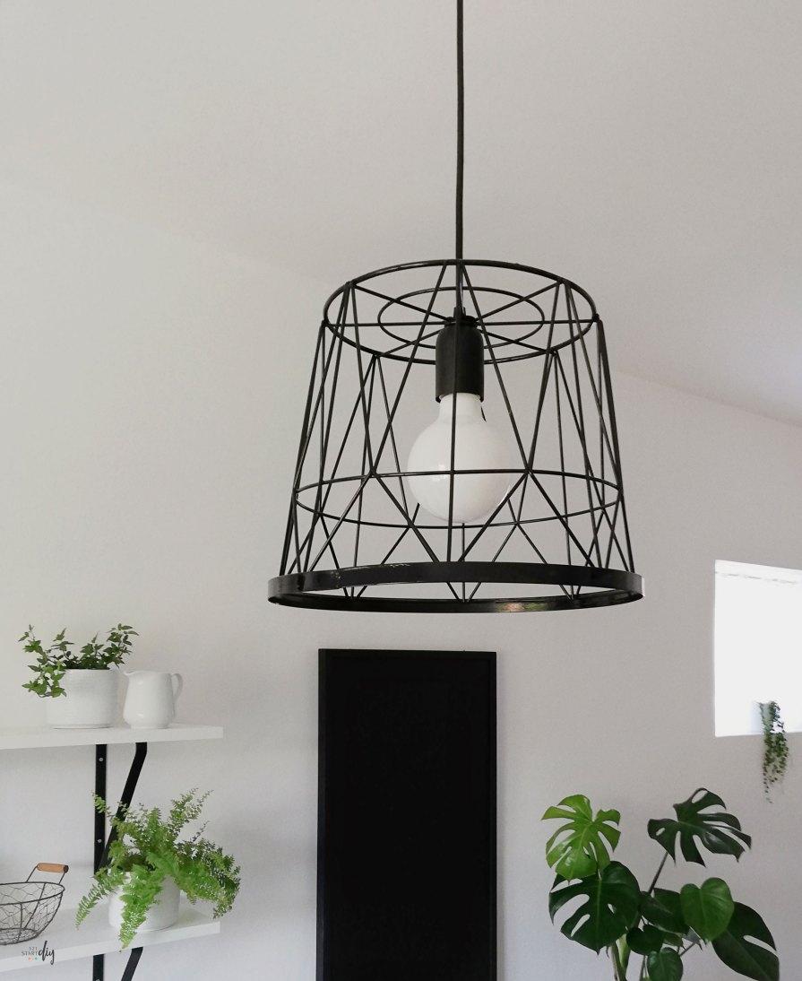 metalowa lampa z kosza