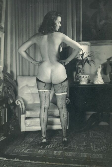 wickedknickers:  A cheeky gal.  Retro dame looking fab in stockings (and nothing else).