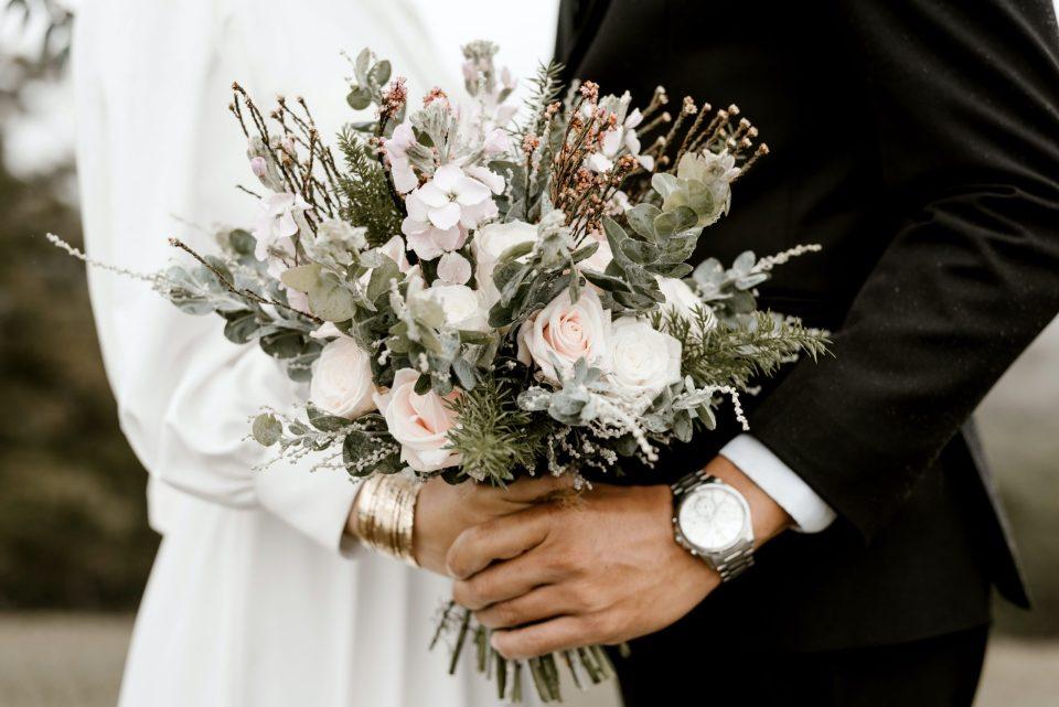 Hombre acude a boda en donde novio da positivo a coronavirus; lo despiden en su trabajo