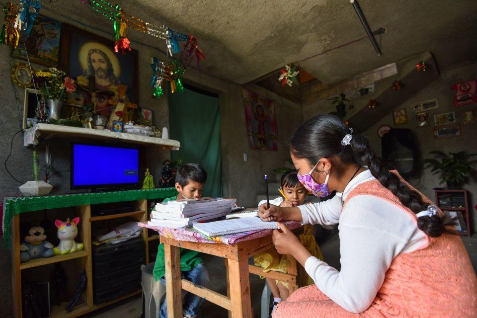 Maestra mexicana colecta y regala televisiones a alumnos para que sigan estudiando