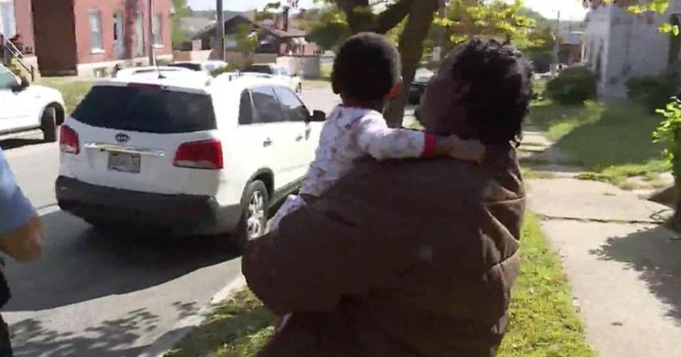 Perrito callejero cuidó a un niño que estaba perdido hasta que su padre lo encontró