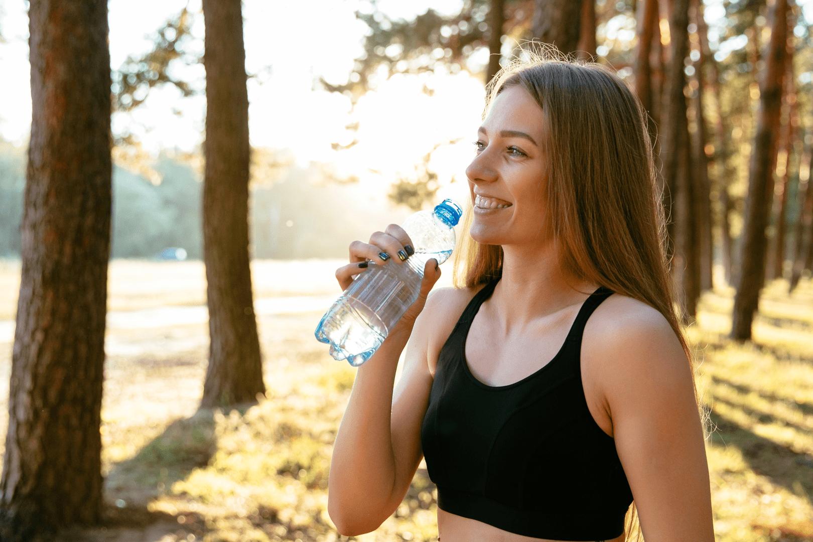 desidratacao mulher fazendo exercicio e tomando agua
