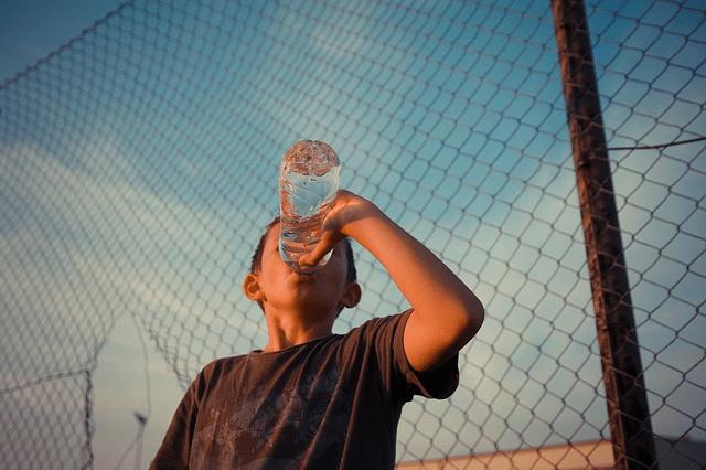 desidratacao menino bebendo agua