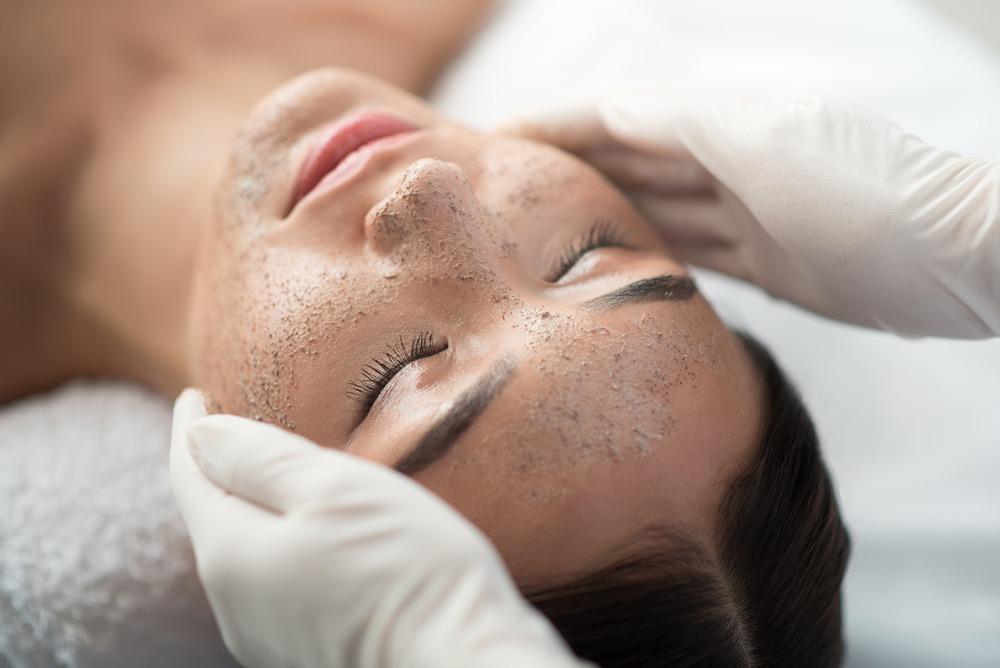 cuidados com a pele no inverno mulher fazendo limpeza de pele