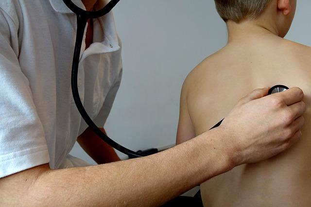 medico com estetoscópio examinando crianca