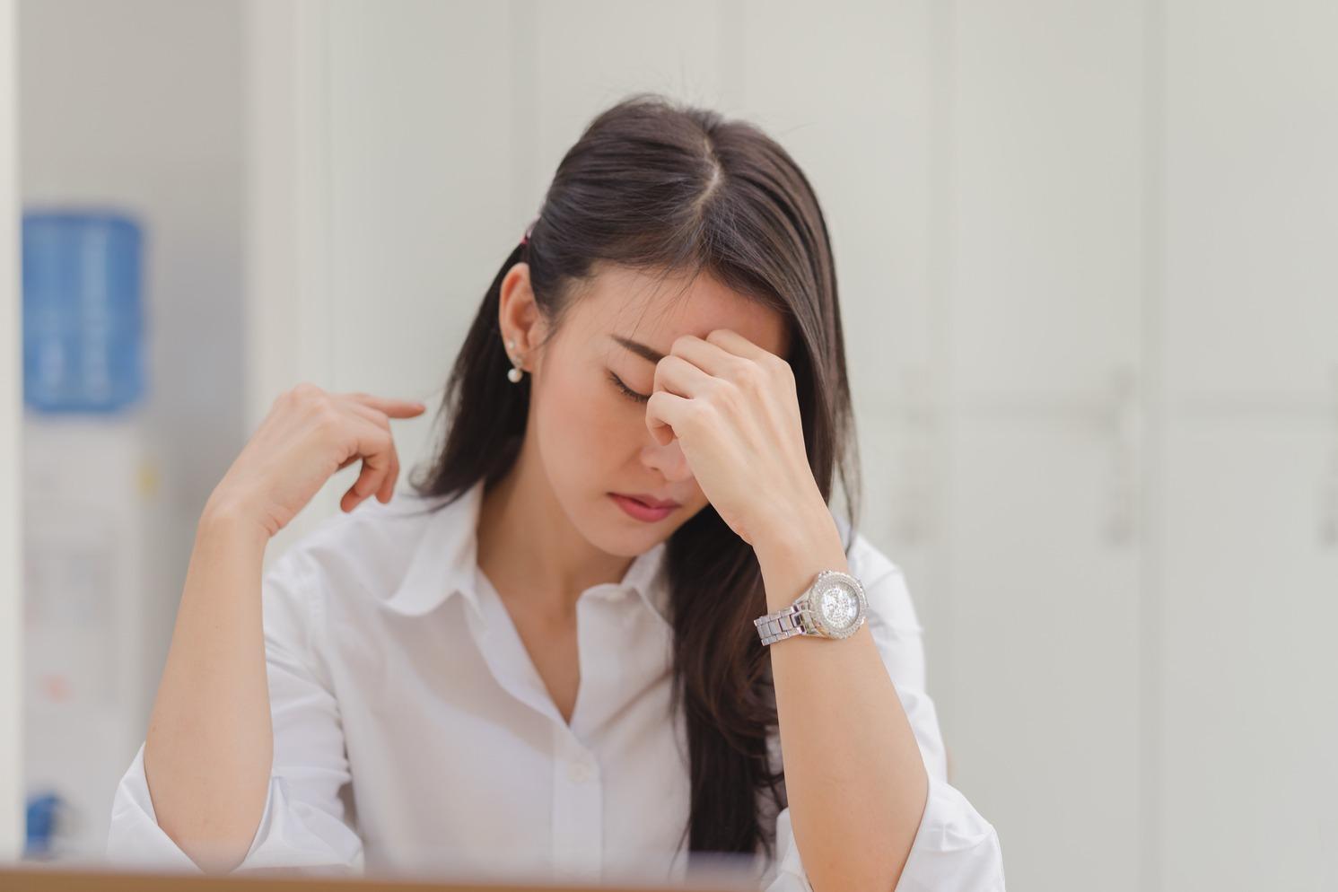 mulher com a mao na cabeca pensando