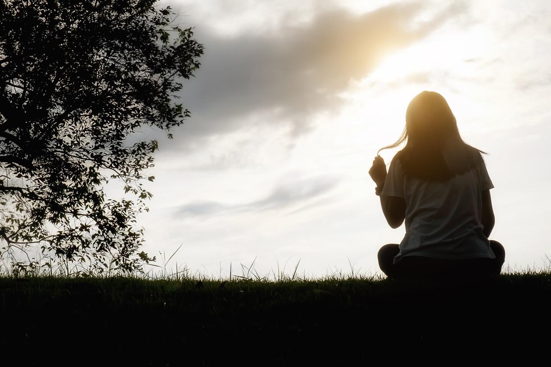 mulher sentada olhando para frente