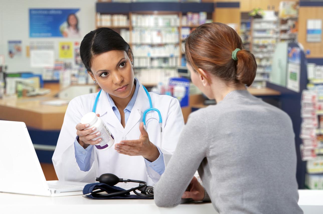 farmaceutica mostrando medicamento para a cliente