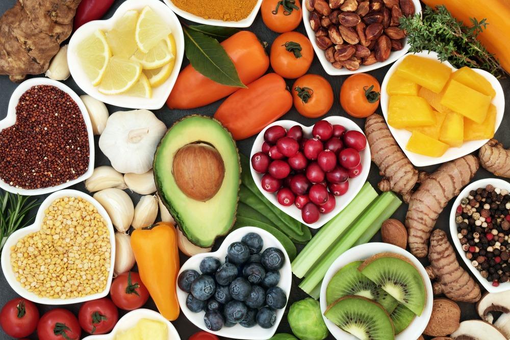 mesa com diversidade de frutas