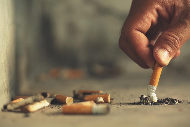 pessoa apagando um cigarro pois pode causar tosse