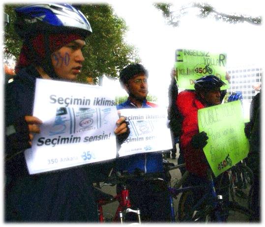 Tolga, 11.11.12′de Seçimin İklimse Seçimim Sensin pankartını taşırken.