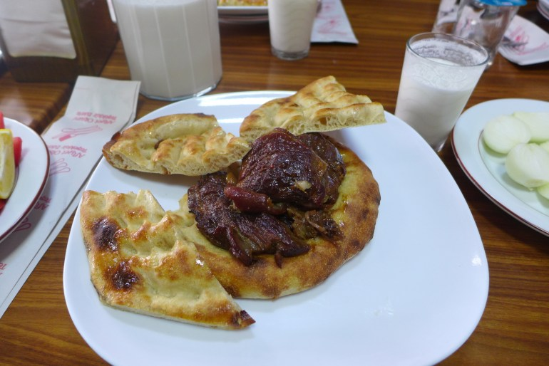 Kuzu tandır served on pide bread