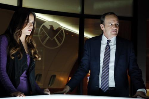 Clark Gregg y Chloe Bennet en 'Agentes de S.H.I.E.L.D