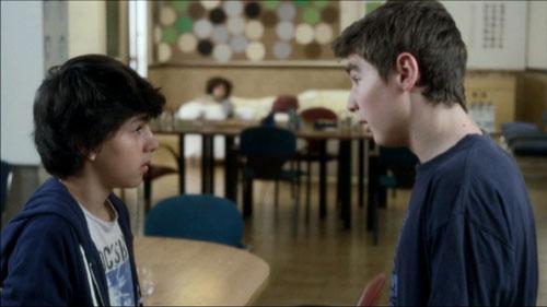 Toni (Marc Balaguer) es celador en el hospital y Roc (Nil Cardoner) sigue con su vida tras estar dos años en coma.