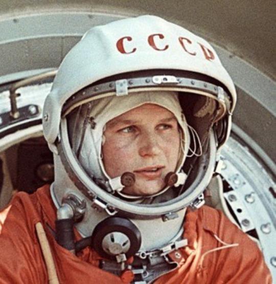 Valentina  Terechkova (née en 1937) est détentrice de deux records encore en  vigueur : celui de la plus jeune cosmonaute de l'Histoire et du plus  long voyage solitaire effectué par une femme (une mission de 70 heures et 41 minutes exactement, soit 48 orbites autour de la Terre et trois sacs à  vomi). Malgré sa reconnaissance  et son engagement politique, elle reste peu souvent citée, tant par les  Occidentaux que par les Soviétiques dans le Panthéon de la conquête  spatiale. Les femmes sont aujourd'hui un peu plus  d'une cinquantaine contre 400 de leurs homologues masculins à s'être  envoyé en l'air.
