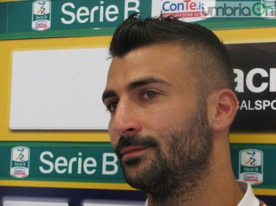 jogador Fabio Ceravolo com barba e cabelos curtos