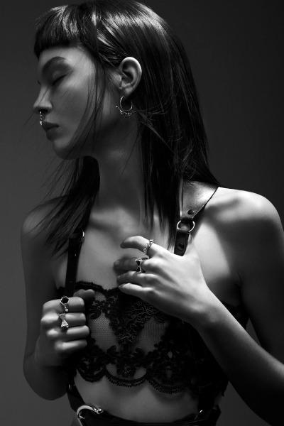 Älska mig www.meadowlarkjewellery.com Dynasty samling skjuten av Jonas Bresnan och stylad av Bex Sheers, modell Kate B