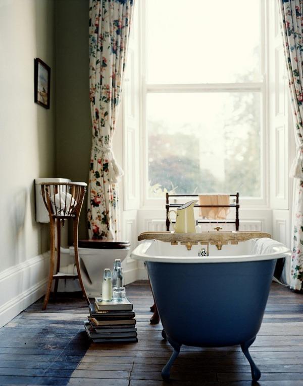 Bañera con patas sobre madera